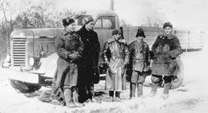 Группа слесарей и водителей опытного образца УльЗиС-253. В центре – главный конструктор Борис Шапошник.