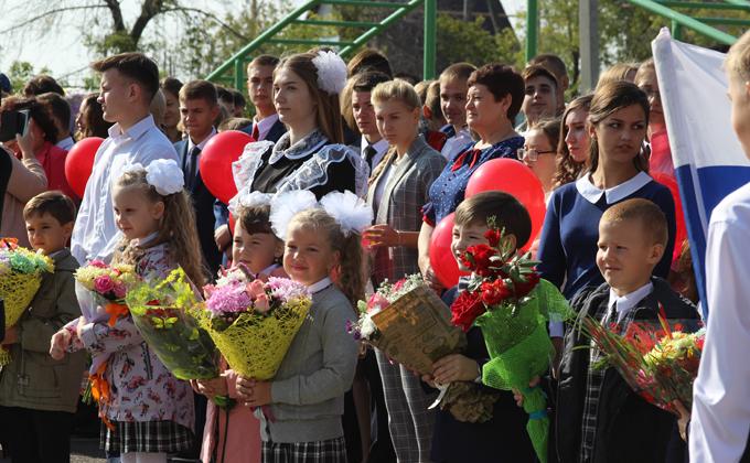 Более 4 тысяч школьников вышли на линейки в Татарском районе