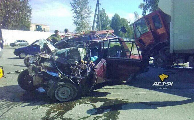 Шофёр ипассажирка «Жигулей» скончались после столкновения с фургоном под Новосибирском