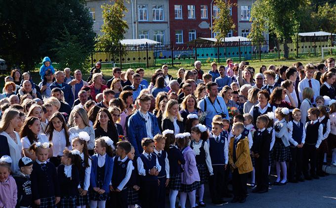 Более полутора тысяч первоклашек сели за парты в Бердске