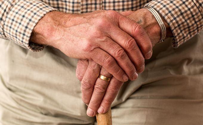 Наулице Лежина вНовосибирске мужчина ограбил пенсионерку