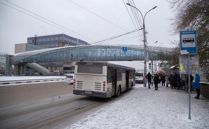 Переход у автовокзала стал бесполезен для инвалидов зимой и летом