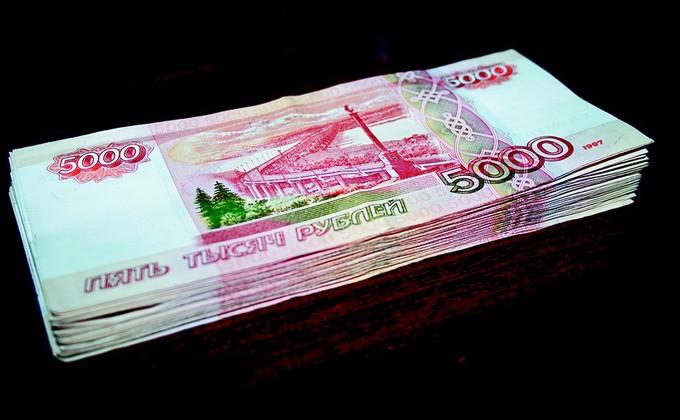 Клиент банка вНовосибирске «прихватил» забытые влотке кассы полмиллиона руб.
