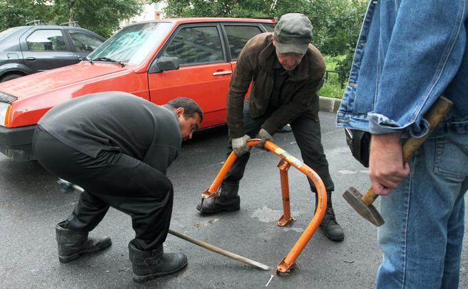 Самозахват парковок: как избавиться от незаконной «лягушки» во дворе