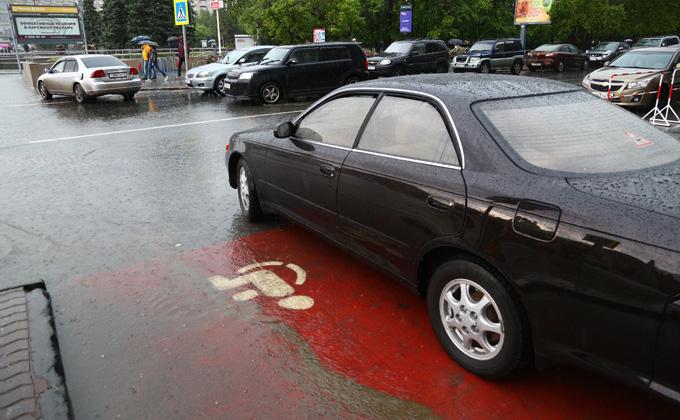 «Единая Россия» добилась бесплатного пользования парковкой для людей с ОВЗ