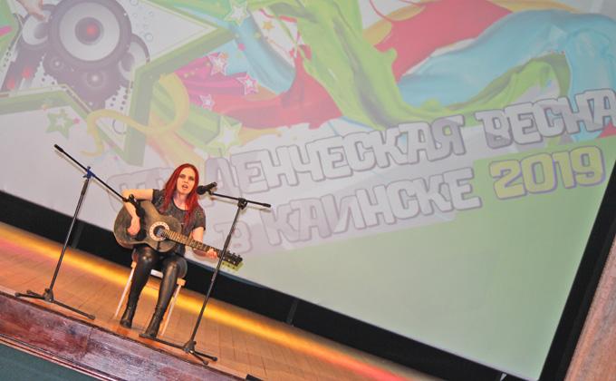 На бубне и ложках наяривают куйбышевские студенты