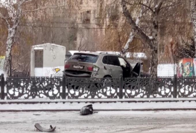 BMW таранил березу на аллее перед генконсульством ФРГ