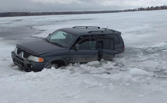 Автомобиль провалился под лед под Бердском