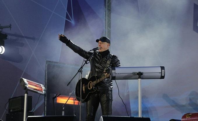 Денис Майданов спел с тысячами новосибирцев на площади Ленина
