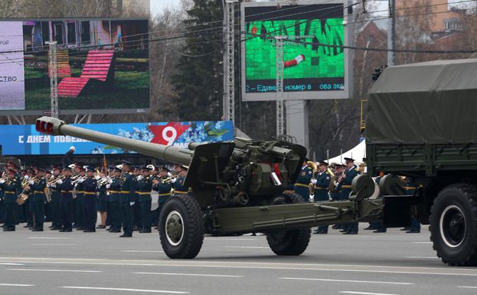 Военная техника снесла троллейбусные провода в центре Новосибирска