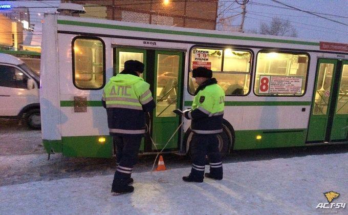 Шофёр автобуса вНовосибирске незаметил пассажирку ипереехал ее