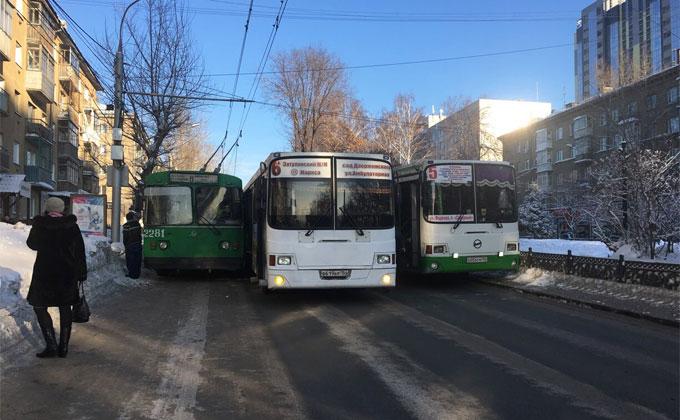 Два автобуса и троллейбус полностью остановили Восход
