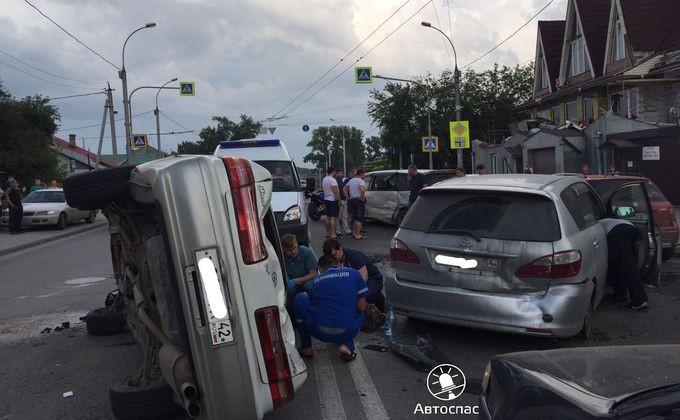 Жуткое ДТП вНовосибирске: шесть машин перегородили улицу Кирова