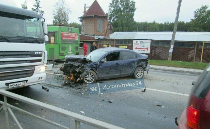 ВНовосибирске Субару уходил отпогони ипротаранил автобус илегковушки