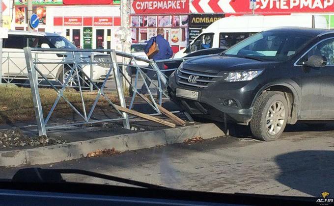 Иностранная машина снесла забор вЛенинском районе Новосибирска