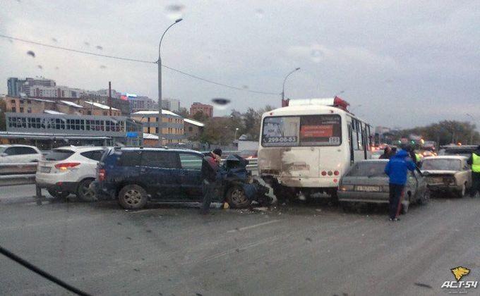 Около новосибирского автовокзала одновременно столкнулись 10 машин