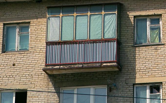 На балкон 7-го этажа перелез вспугнутый полицией драчун