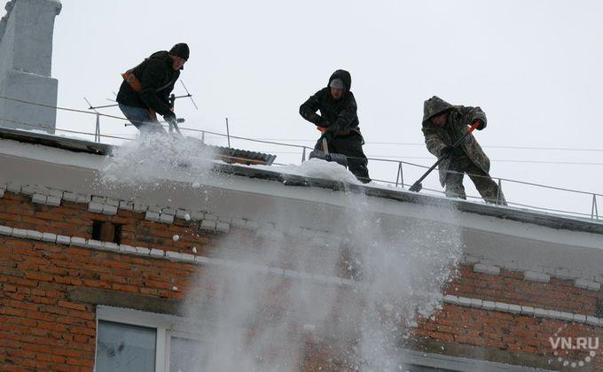 Новосибирцев просят сбрасывать снег скрыш домов
