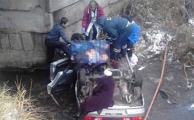 ВНовосибирской области автомобиль упал смоста в реку