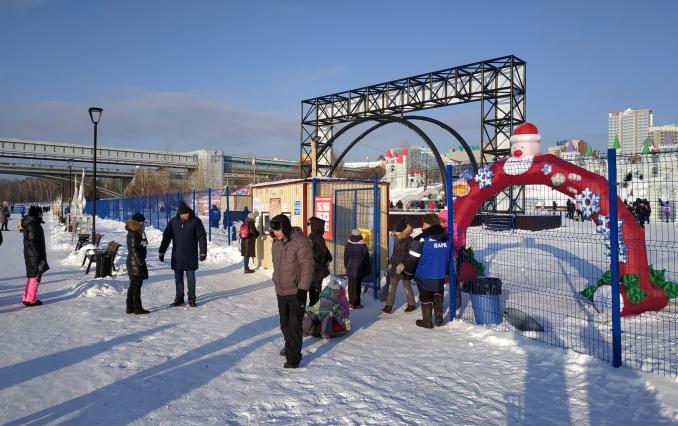 Новосибирцы отправились 1 января в ледовый городок на набережной: цены кусаются