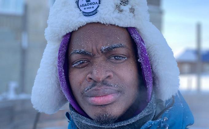 Африканец Люк сыграл на джембе в Каураке