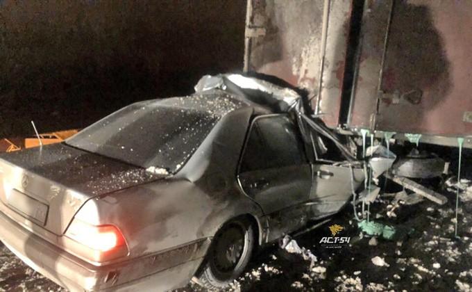 Mercedes-Benz влетел под фуру в Новосибирской области