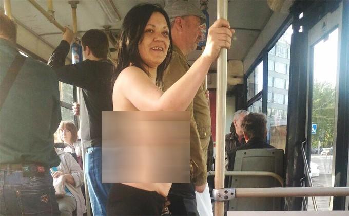 ВНовосибирске женщина проехалась вавтобусе топлес