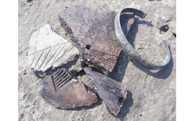 Древние украшения нашла на рыбалке жительница Бердска