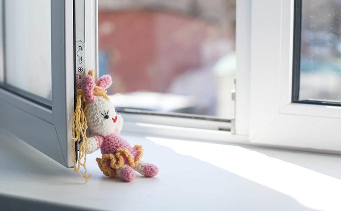 Девочка выпала из окна через москитную сетку и разбилась