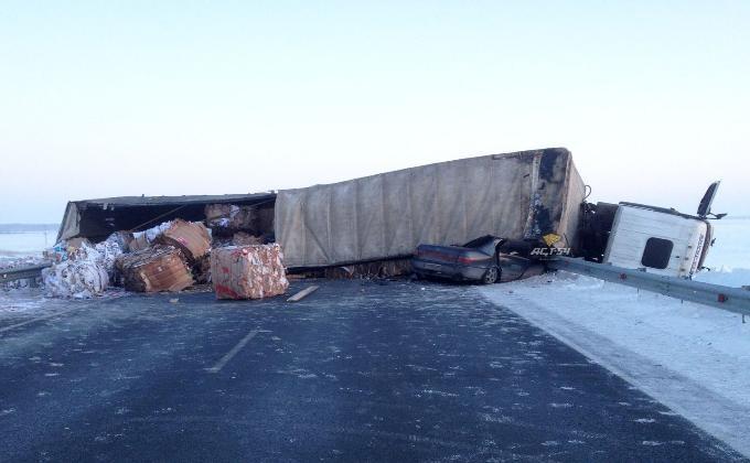 Фура с мусором сбила дорожного рабочего и опрокинулась на ...: http://vn.ru/news-fura-s-musorom-sbila-dorozhnogo-rabochego-i-oprokinulas-na-toyotu-/