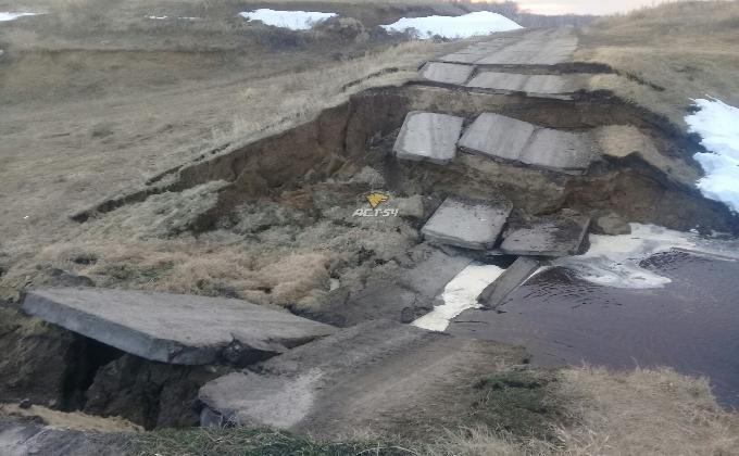 Мост обрушился в Венгеровском районе