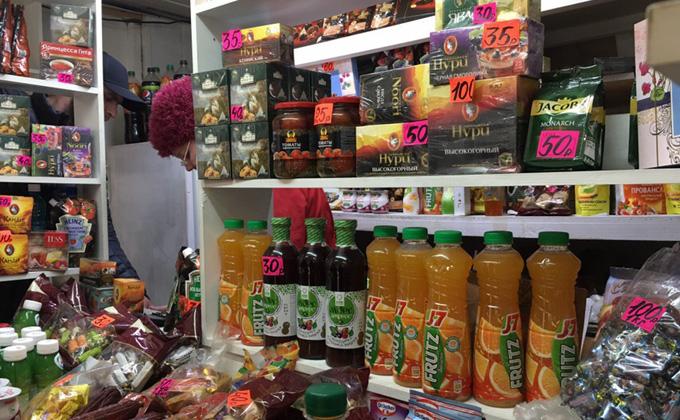 В очередях за просроченными продуктами стоят новосибирцы на рынке