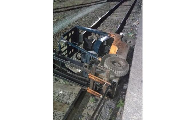 Сбил проводника и упал на рельсы погрузчик посылок в Новосибирске