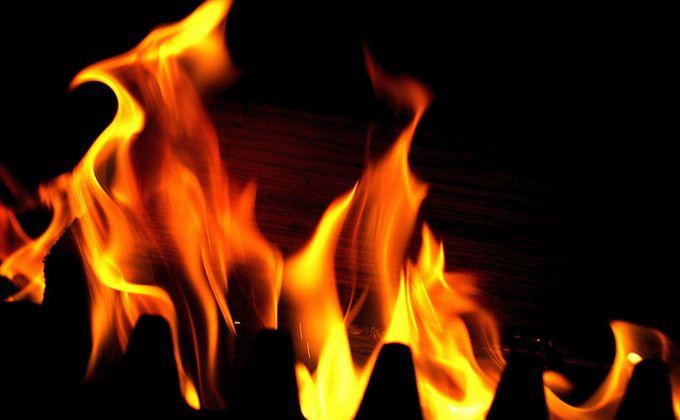 Подожгли диван и ели пряники: троих детей спасли из огня в Болотном