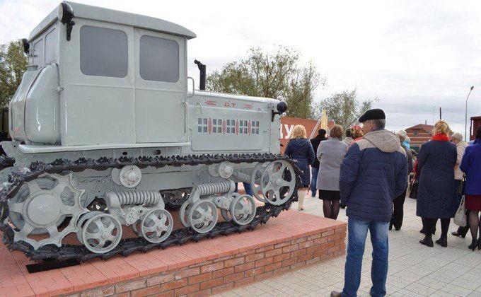 Технику 50-х годов поставили на колеса в Карасуке