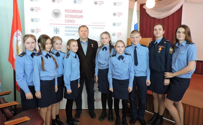Герой России, воевавший в Чечне, вручил награды школьникам Линево