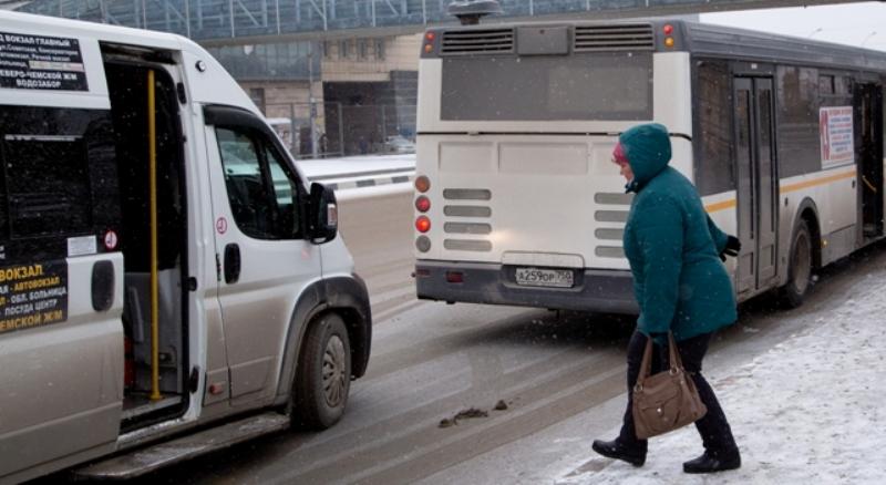 Проходы в снежных валах пробивают коммунальщики Новосибирска