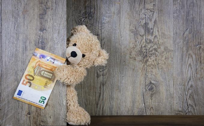 Новогодний подарок в 200 тысяч рублей сделал алиментщик дочери