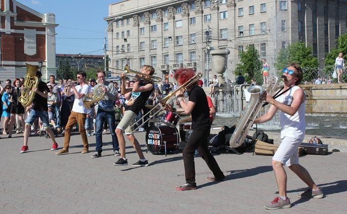 Медные духовые инструменты выходят на  улицы Новосибирска
