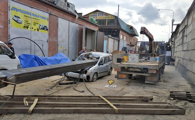 Рухнувший автокран раздавил легковую «Тойоту»
