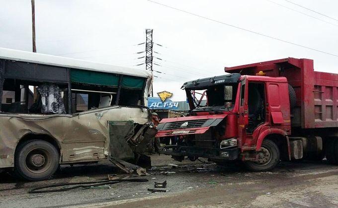 Три человека пострадали вДТП пассажирского автобуса ифуры вНовосибирске