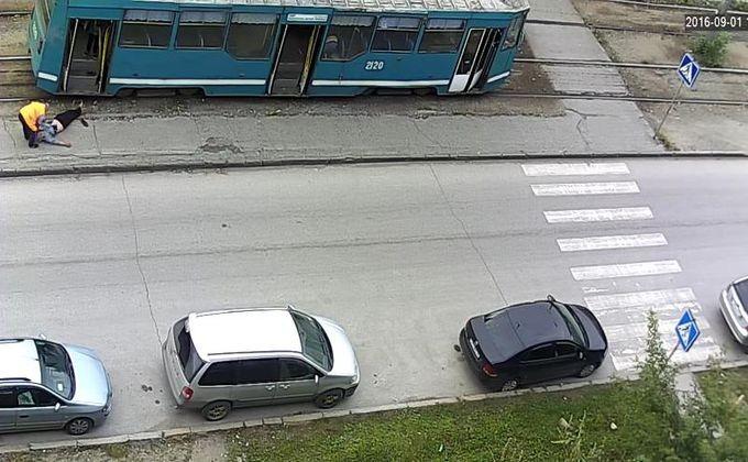 ВНовосибирске шофёр трамвая оставил нетрезвого пассажира без сознания наплатформе