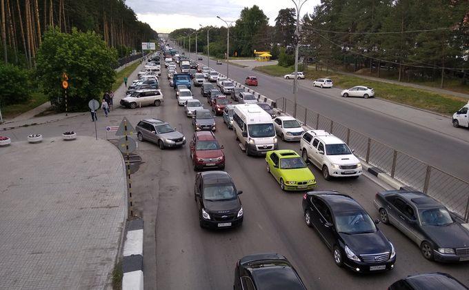 Дачники застряли в адской пробке на Бердском шоссе в пятницу