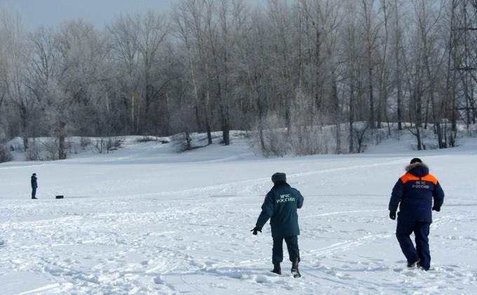 Провалившихся под лед новосибирцев пробуют найти водолазы