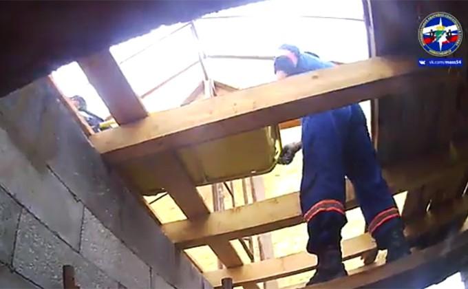 ВНовосибирске строитель выжил после падения скрыши частного дома
