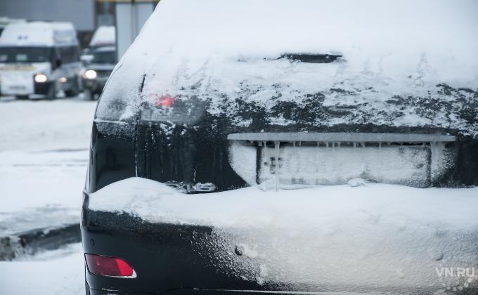 Ребенок сидел взамерзшей машине вцентре Новосибирска, пока его вызволяли cотрудники экстренных служб
