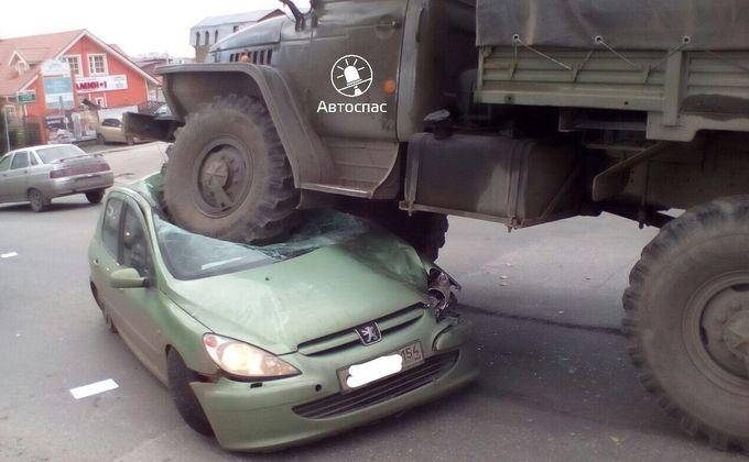 Грузовой Урал раздавил Peugeot (Пежо) 207 вОктябрьском районе