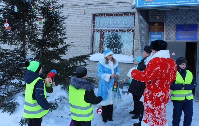 Елку у здания ГИББДД в Куйбышеве нарядили автоинспекторы