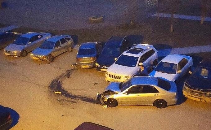 Пьяная девушка расхлестала пять машин в новосибирском дворе