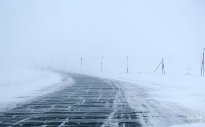 Три машины срыбаками замело снегом: cотрудники экстренных служб пробуют их отыскать